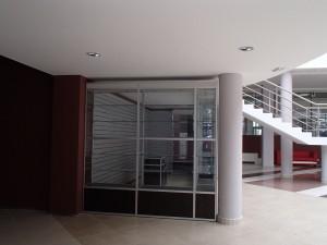 Стеклянные торговые витрины под лестницей.