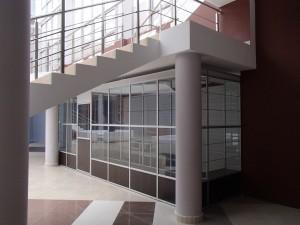 Торговый павильон под лестницей
