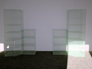Сетклянные витрины для магазина подарков